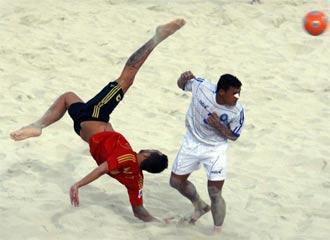 Javi Torres hace una chilena ante un defensor.