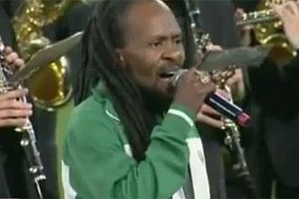 El pol�mico 'rastafari' cantando el himno de Sud�frica