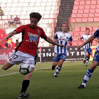 Fernando Mor�n controla el bal�n con Diego Rivas por detr�s durante el partido del N�stic ante la Real Sociedad