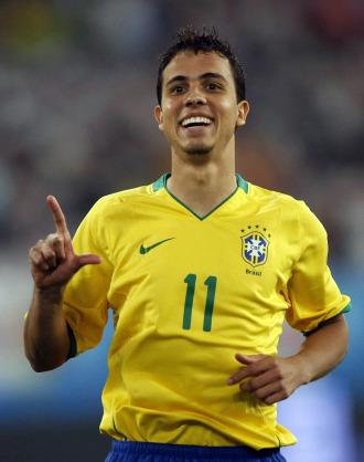 Nilmar celebra un gol con Brasil.