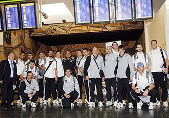 Los miembros de la expedici�n del Inter Movistar, en el aeropuerto de Barajas