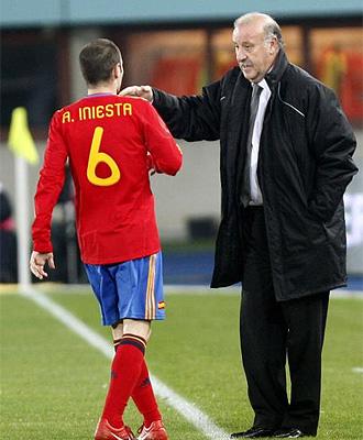 Vicente Del Bosque da instrucciones a Iniesta durante el partido ante Austria