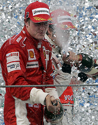 Kimi Raikkonenn celebra en Brasil su triunfo en el Mundial de 2007... curiosamente con Alonso detrás, quien le ha 'dejado' sin volante en Ferrari
