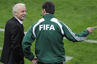 Trapattoni conversa con el cuarto árbitro durante el partido ante Francia