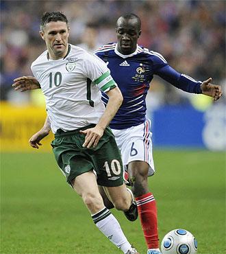 Keane protege el bal�n ante Lass Diarr�.