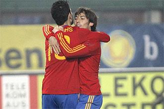 Silva abraza a Cesc tras su gol ante Austria