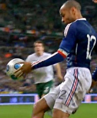 Captura de televisión del momento en el que Henry controla con la mano ante Irlanda
