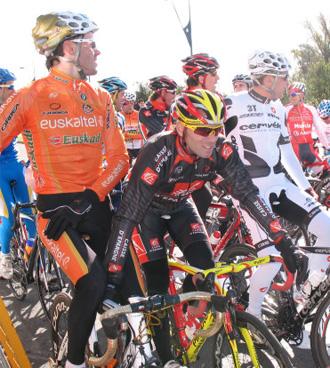 ciclistas de distintos equipos en el critérium de la ACP
