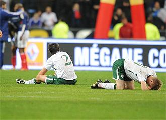 Varios jugadores de Irlanda se lamentan de la eliminación.