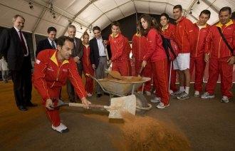 Jordi Arrese echa arena sobre la pista de entrenamiento del Palau Sant Jordi.