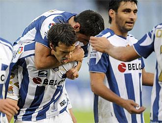 Los jugadores de la Real Sociedad celebran un gol ante el Recreativo de Huelva.