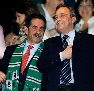 Miguel Ángel Revilla y Florentino Pérez, en el Bernabéu en la 04-05.