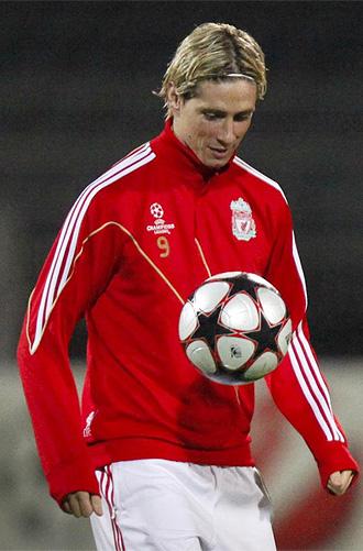 Fernando Torres, durante un calentamiento en la Champions