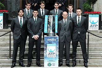 Los ocho tenistas que disputarán la Copa Masters de Londres posan junto al trofeo.