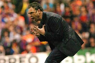 Joaquín Caparrós gesticula durante el partido ante el Barça