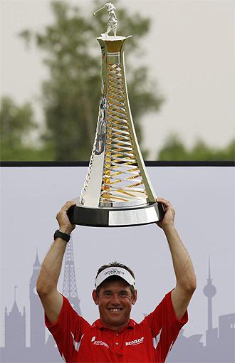 Lee Westwood levanta el trofeo en Dubai.