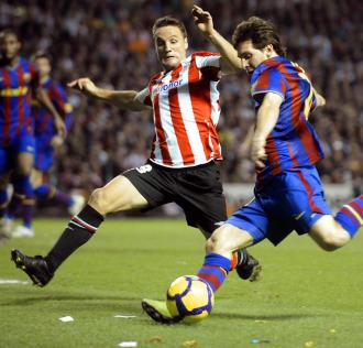 Gurpegui intenta frenar a Messi en una acción del pasado sábado.