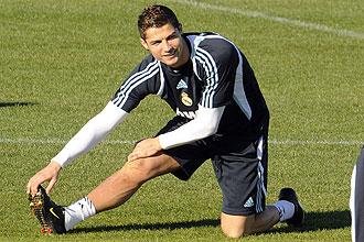 Cristiano Ronaldo estira en un entrenamiento