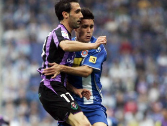 Luis Prieto y Callejón pugnan por un balón en el choque de Cornellà.