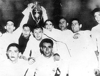 Varios jugadores del Real Madrid, con la Copa de Europa conquistada en 1960 ante el Eintracht en Hampden Park.