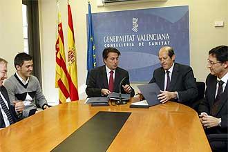 Manuel Llorente y David Villa durante la firma del convenio entre el Valencia y la Conselleria de Sanidad.