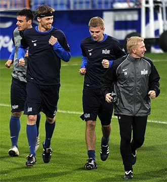 Hannu Tihinen corre durante el entrenamiento del Zúrich en el Bernabéu.