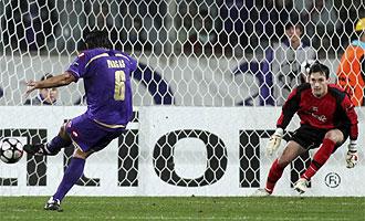 Vargas logra un tanto de penalti.