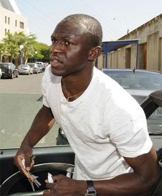Koné, bajándose de su coche