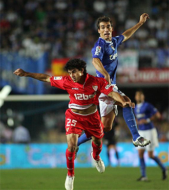 Francis salta a por un balón ante el Sevilla