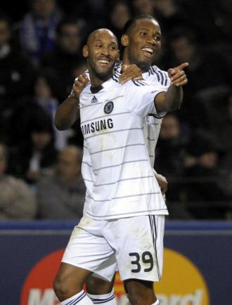 Anelka celebra con Drogba su gol ante el Oporto.