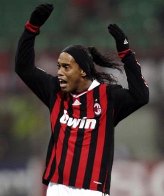 Ronaldinho se queja durante un lance del partido.