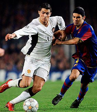 Cristiano trata de irse de M�rquez en un duelo de Champions cuando vest�a la camiseta del United
