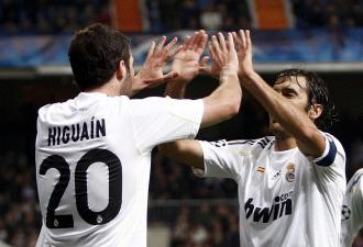 Raúl celebra con Higuaín el gol ante el Zúrich de Champions.