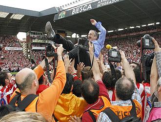 Manolo Preciado, manteado por varios jugadores el día del regreso a Primera del Sporting.