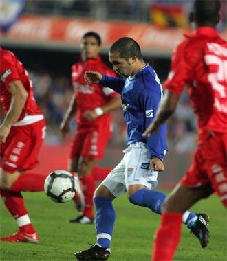Maldonado conduce el balón entre varios rivales