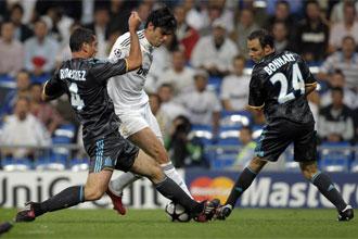 Dos jugadores del Olympique de Marsella trata de detener a Kaká.