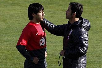 Sergio Agüero habla con Quique Sánchez Flores durante la sesión preparatoria del Atlético