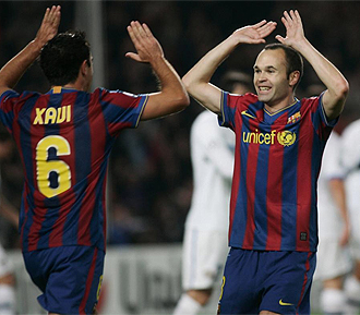 Iniesta celebra con Xavi un gol del Bar�a