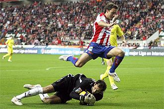 Diego L�pez detiene un bal�n en un lance del partido.