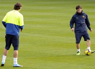 Ibrahimovic y Messi tocan el bal�n durante un entrenamiento.