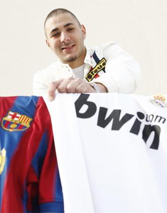 Benzema posa para MARCA con las camisetas del Bar�a y el Madrid antes del Cl�sico.