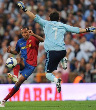 Iker tratando de parar un disparo de Henry la temporada pasada.