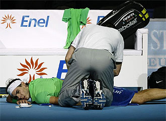 Nadal, atendido de su espalda en la Copa Masters