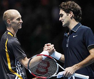 Davydenko y Federer se saludan tras la victoria del ruso en Londres.