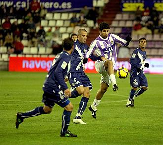 Diego Costa controla el balón en un lance del partido.