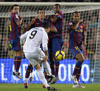 Ronaldo bota una falta en el Camp Nou.