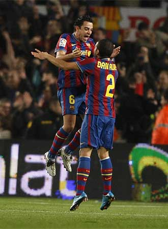 Xavi celebra con Dani Alves el gol del Barça.