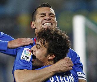 Casquero se abraza a Pedro León tras su gol.