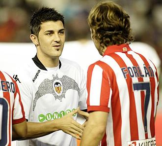 David Villa saludando a Diego Forlán