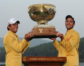Los hermanos Molinari posan con el trofeo de campeones.